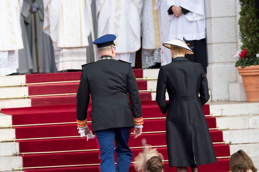 Le prince Albert et la princesse Charlène, avant la messe, samedi
