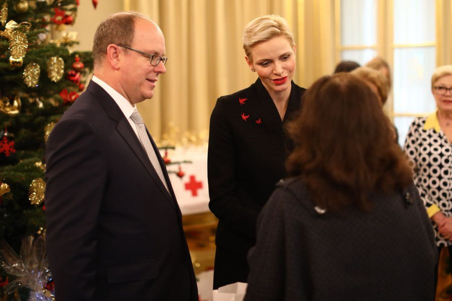 Charlène De Monaco Et Le Prince Albert Offrent Des Cadeaux De Noël Aux Personnes Âgées De La Principauté  1