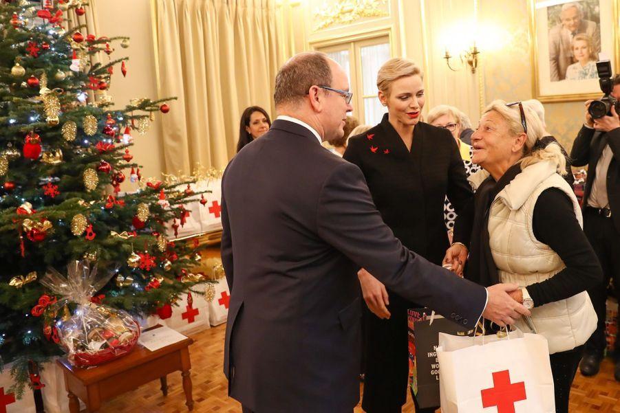 Charlène De Monaco Et Le Prince Albert Offrent Des Cadeaux De Noël Aux Personnes Âgées De La Principauté  4