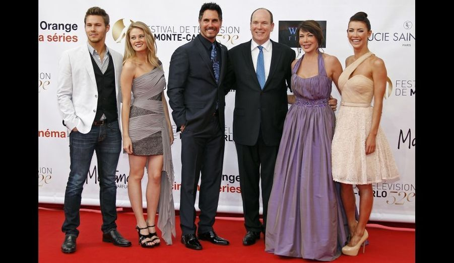 De gauche à droite : Scott Clifton, Kimberly Matula, Don Diamont, Albert II, Hunter Tylo et Jacqueline MacInnes Wood.