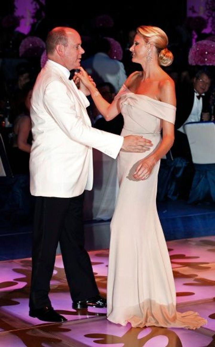 La 60ème édition du bal de la Croix-Rouge, en juin 2010. Charlene Wittstock paradait dans une robe rose pâle structurée par un drapé-croisé sur le buste.