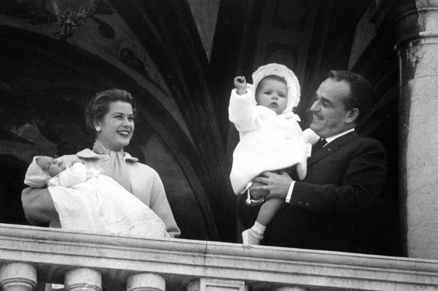 Le prince Rainier III et la princesse Grace avec la princesse Caroline et le prince Albert à Monaco, en mars 1958