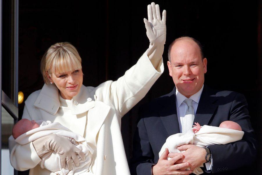La princesse Charlène et le prince Albert de Monaco avec leurs jumeaux dans les bras à Monaco, le 7 janvier 2015