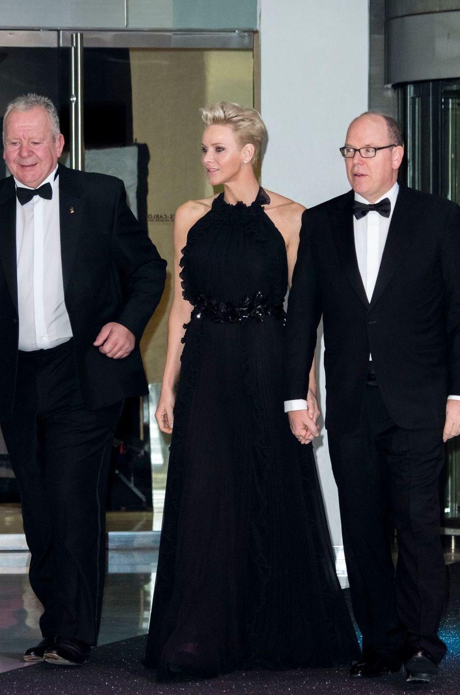La princesse Charlène, dans une robe Gucci, et le prince Albert II de Monaco à Monaco, le 26 novembre 2017