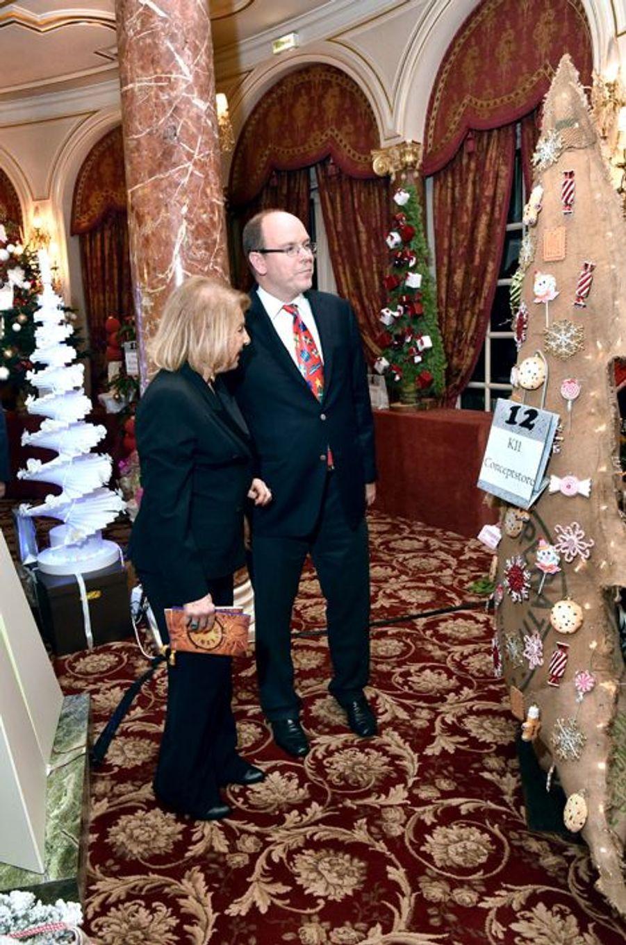 Le prince Albert de Monaco avec Louisette Levy Soussan Azzoaglio à Monaco, le 16 décembre 2014