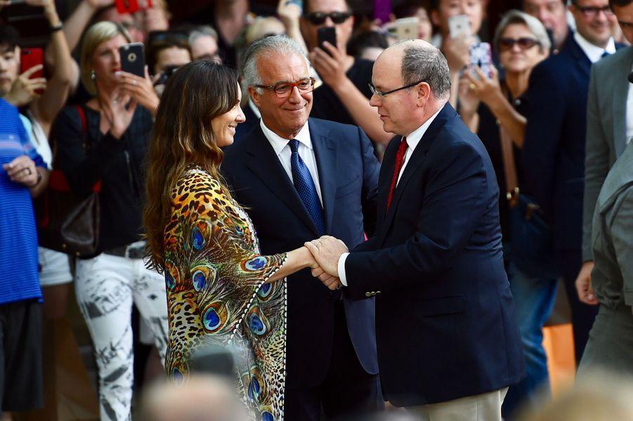 Le directeur du Fairmont Monte Carlo Xavier F. Rugeroni et Bianca Senna accueillent le prince Albert, le 24 mai 2017.