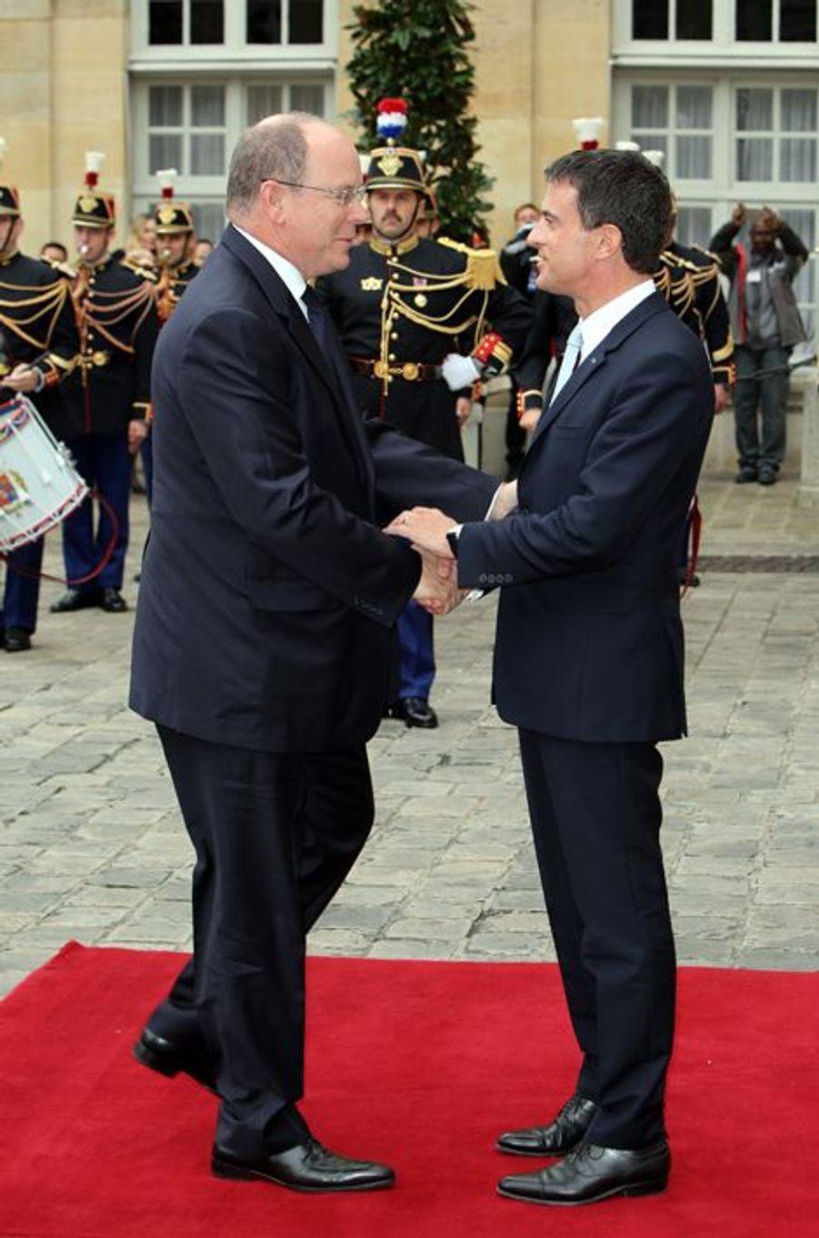Le prince Albert II de Monaco à l'hôtel de Matignon à Paris avec Manuel Valls, le 19 septembre 2015