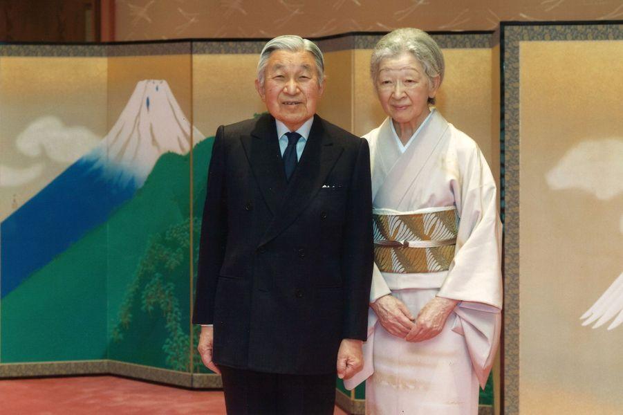 L'empereur Akihito du Japon avec l'impératrice Michiko, au Palais impérial à Tokyo, le 5décembre 2016, photo diffusée pour ses 83 ans