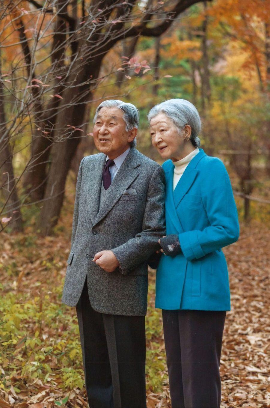 L'empereur Akihito du Japon avec l'impératrice Michiko, dans les jardins du Palais impérial à Tokyo, le 5décembre 2016, photo diffusée pour ses 83 ans
