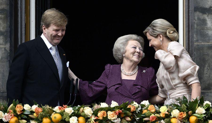 Le moment était solennel mais empreint d'émotion. Mardi matin, la reine Beatrix a laissé sa place sur le trône des Pays-Bas à son fils Willem-Alexander. Après avoir signé les registres officiels, la famille est allée saluer la foule, qui n'a pas manqué d'ovationner la désormais ex-reine.