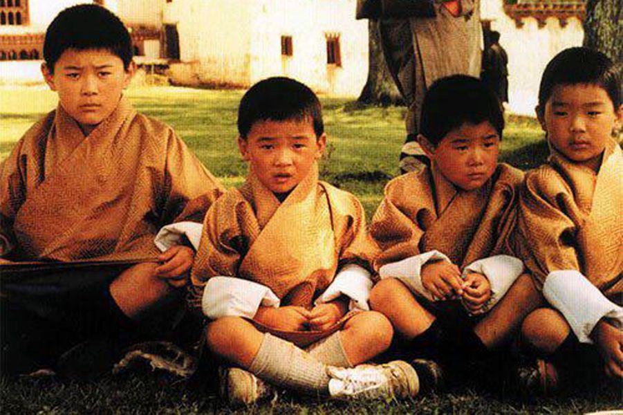 L'enfance d'un roi (à gauche) avec ses frères et ses cousins.