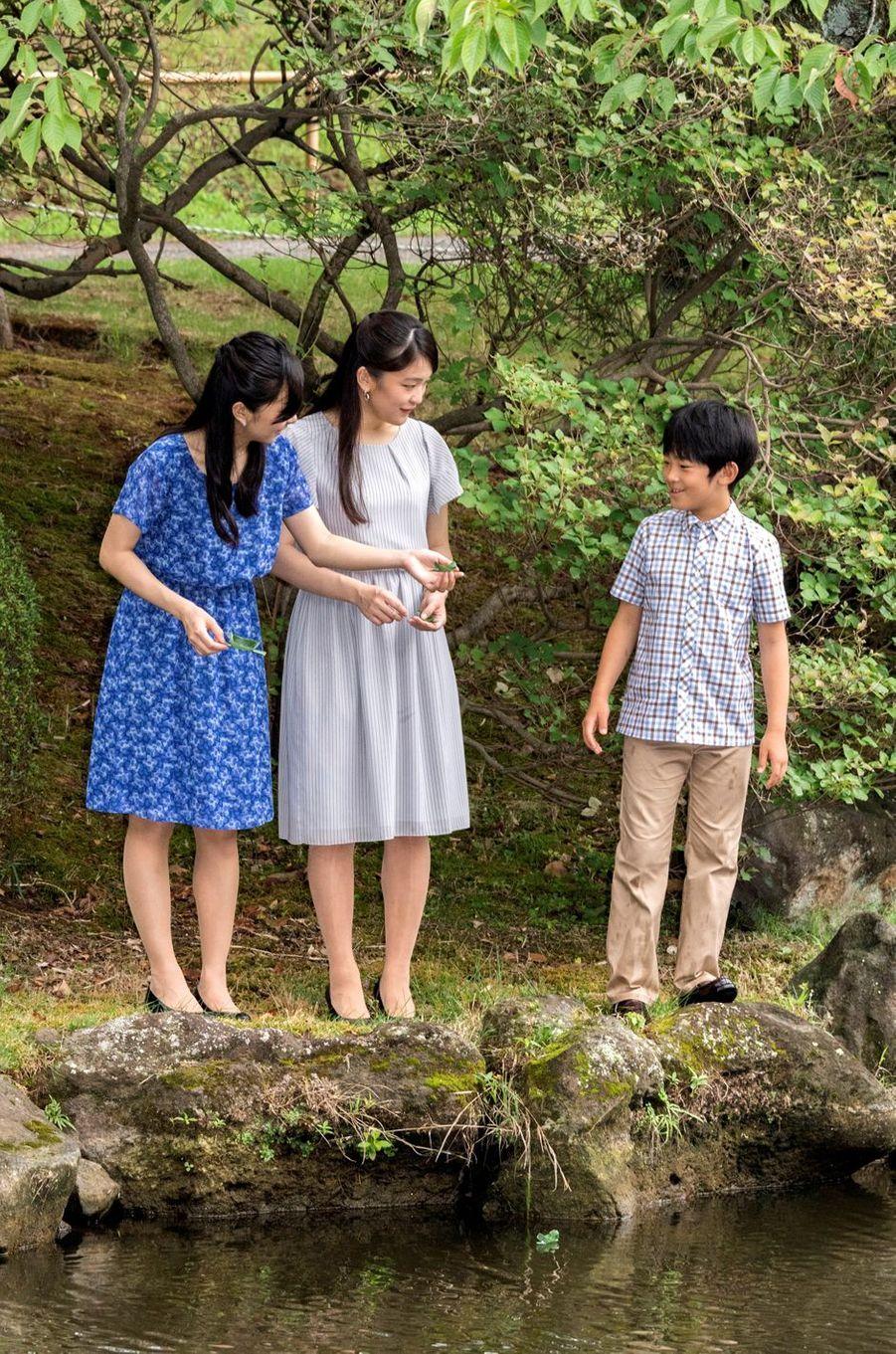 Le prince Hisahito du Japon et ses soeurs les princesses Kako et Mako à Tokyo, le 14 août 2017