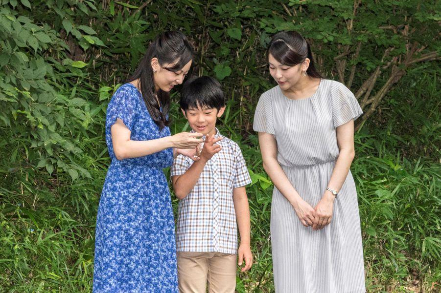 Le prince Hisahito du Japon et ses deux soeurs les princesses Kako et Mako à Tokyo, le 14 août 2017