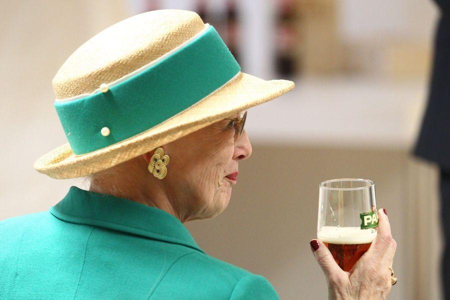 La reine Margrethe II de Danemark visite l'usine de bière danoise Carlsberg à Koprivnica, le 23 octobre 2014