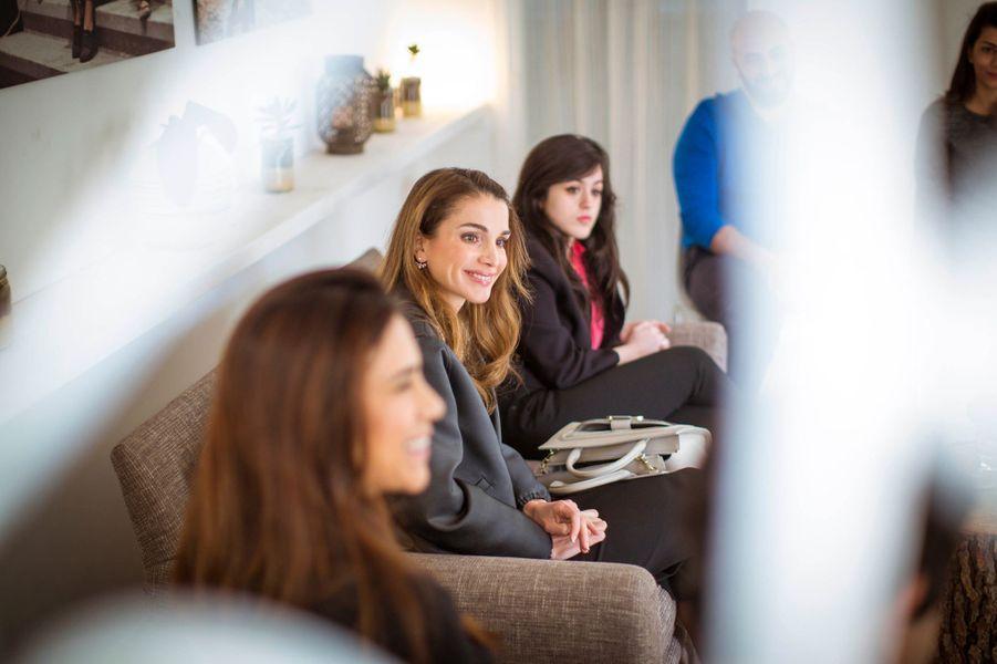 La reine Rania de Jordanie reçoit un groupe de jeunes gens et jeunes filles à Amman, le 2 mars 2015