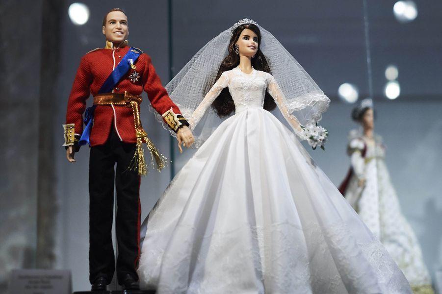 Le prince William et Kate Middleton en mariés, version Ken et Barbie, dans une exposition à Madrid, le 15 février 2017