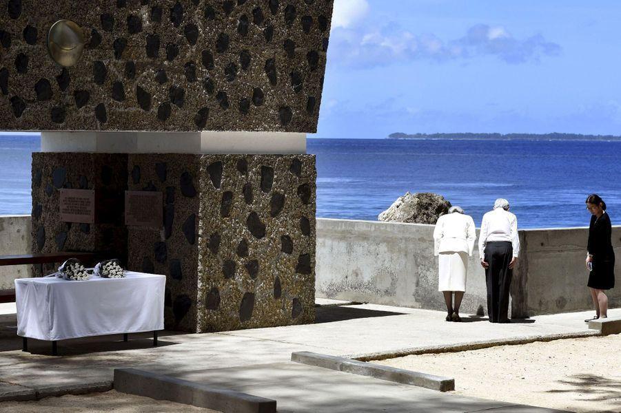 L'empereur Akihito et l'impératrice Michiko du Japon sur l'île de Peleliu, le 9 avril 2015