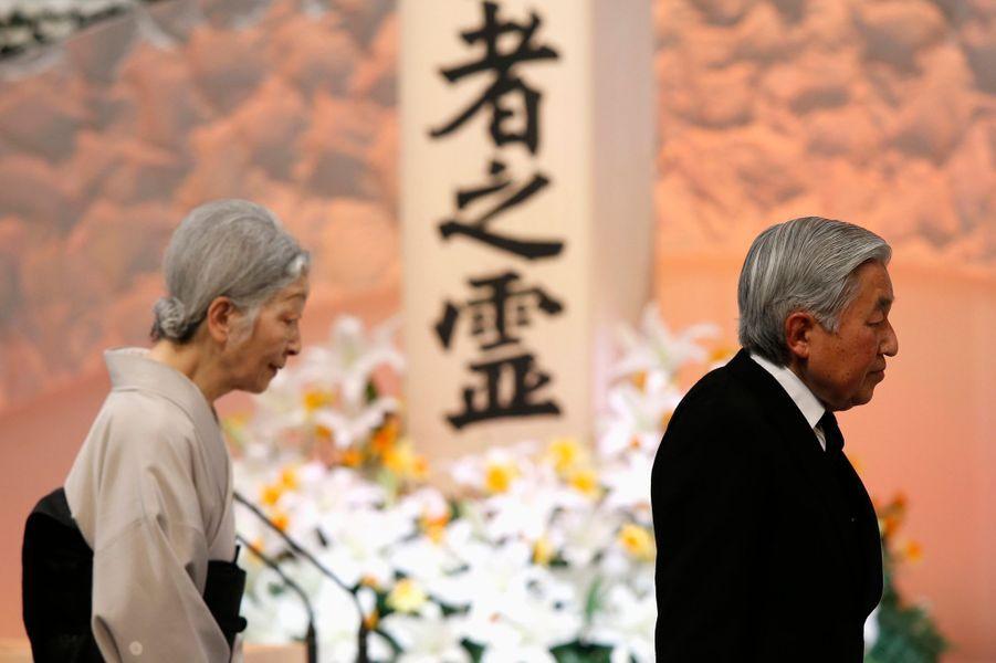 L'impératrice Michiko et l'empereur Akihito du Japon commémorent les 4 ans du tsunami à Tokyo, le 11 mars 2015