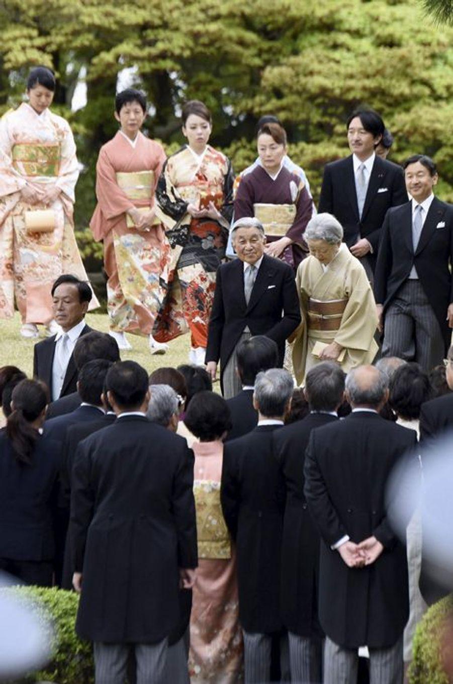 L'empereur Akihito et l'impératrice Michiko du Japon avec la famille impériale à Tokyo, le 21 avril 2015