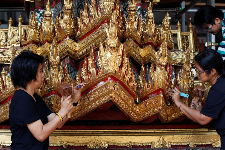 Réparation du chariot royal en vue des obsèques de l'ancien roi de Thaïlande Bhumibol Adulyadej, à Bangkok le 7 février 2017
