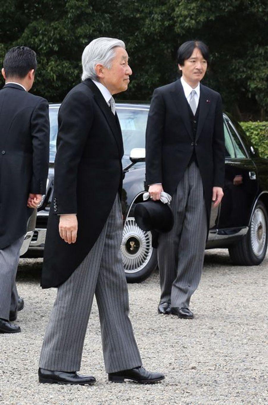 L'empereur Akihito et le prince Akishino du Japon à Kashihara, le 3 avril 2016
