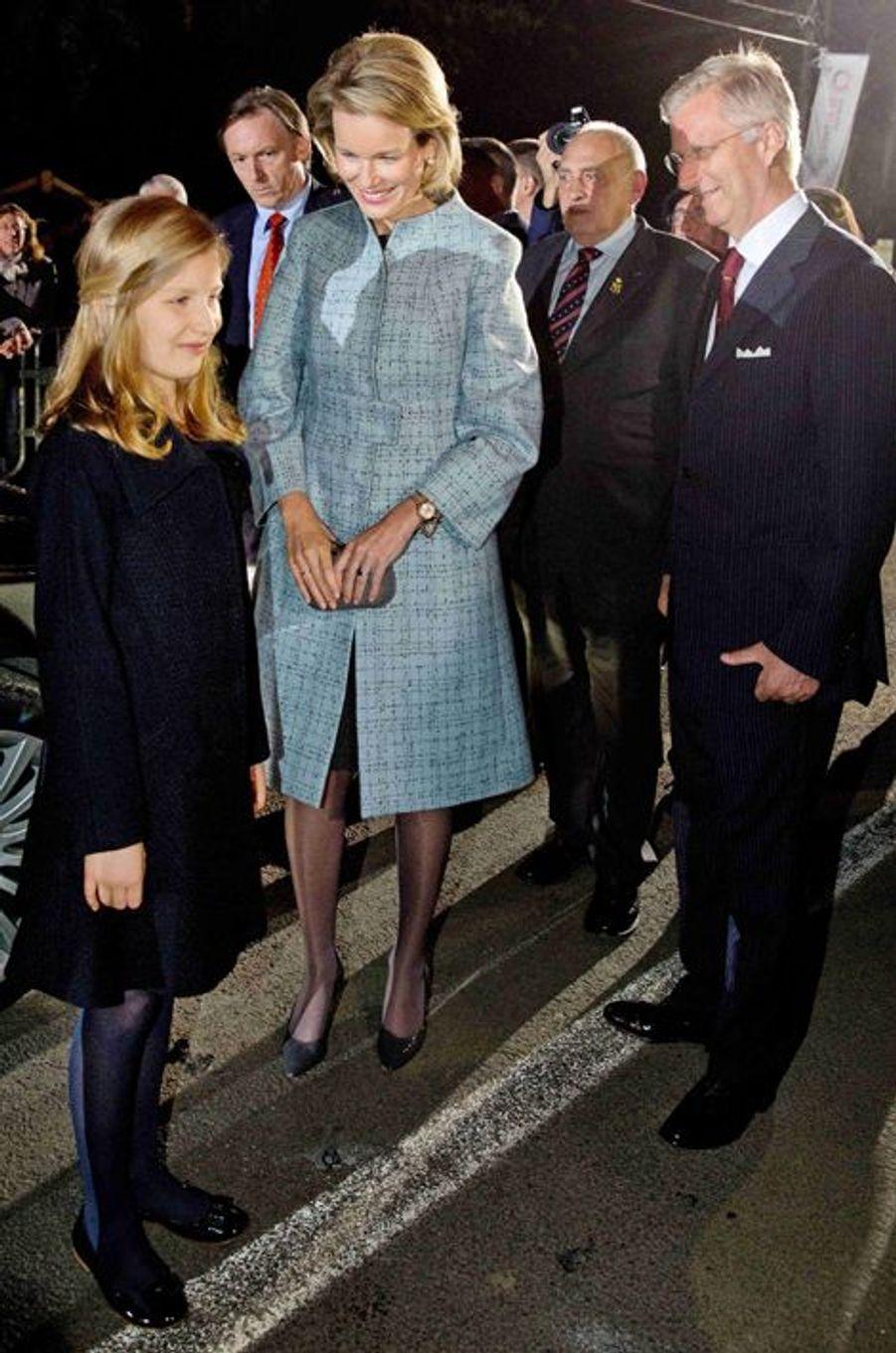 Le roi Philippe de Belgique, la reine Mathilde et la princesse héritière Elisabeth à Ploegsteert, le 17 octobre 2014