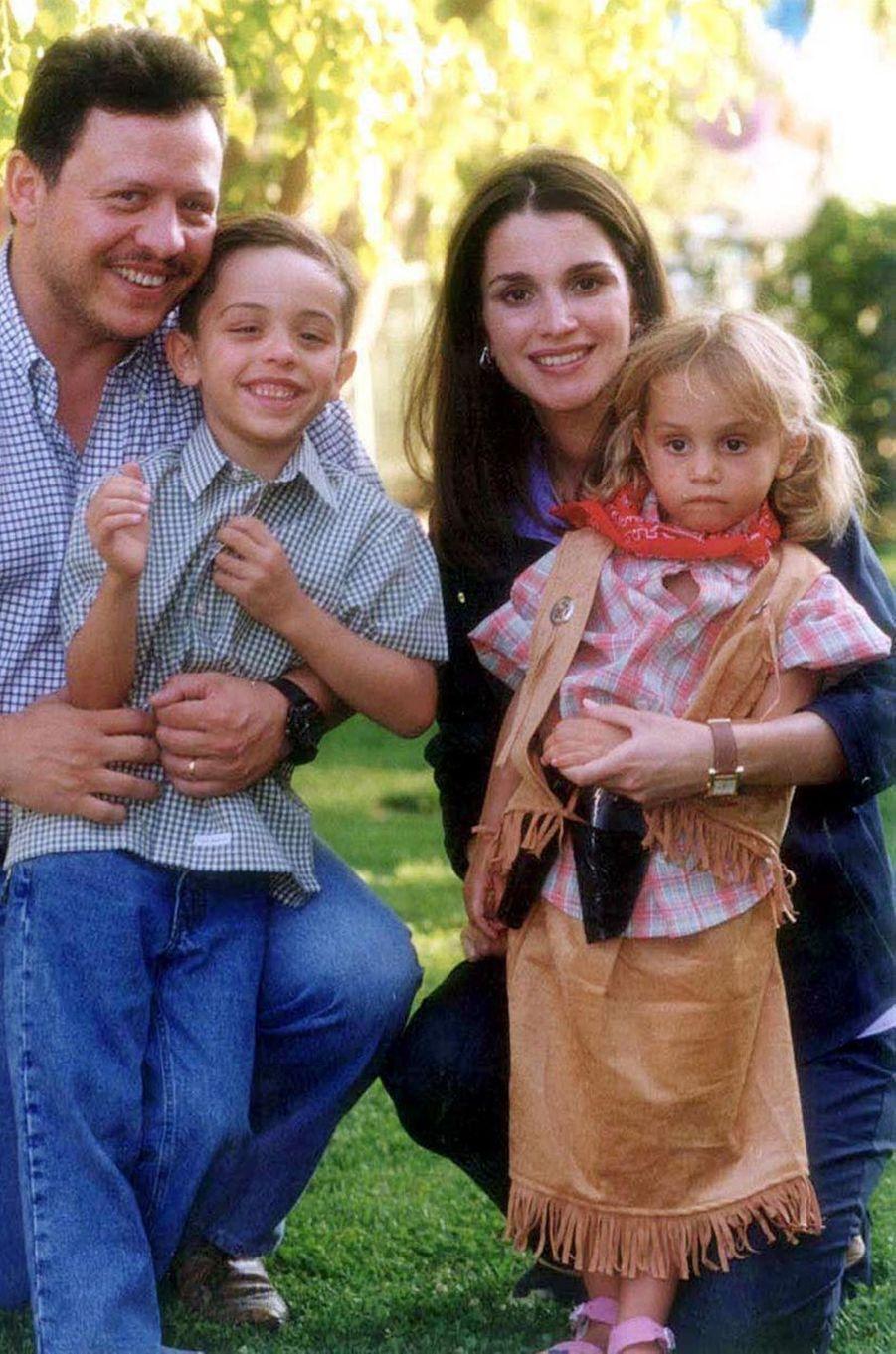 La princesse Iman de Jordanie avec son frère le prince Hussein et leurs parents, le 28 juillet 2000
