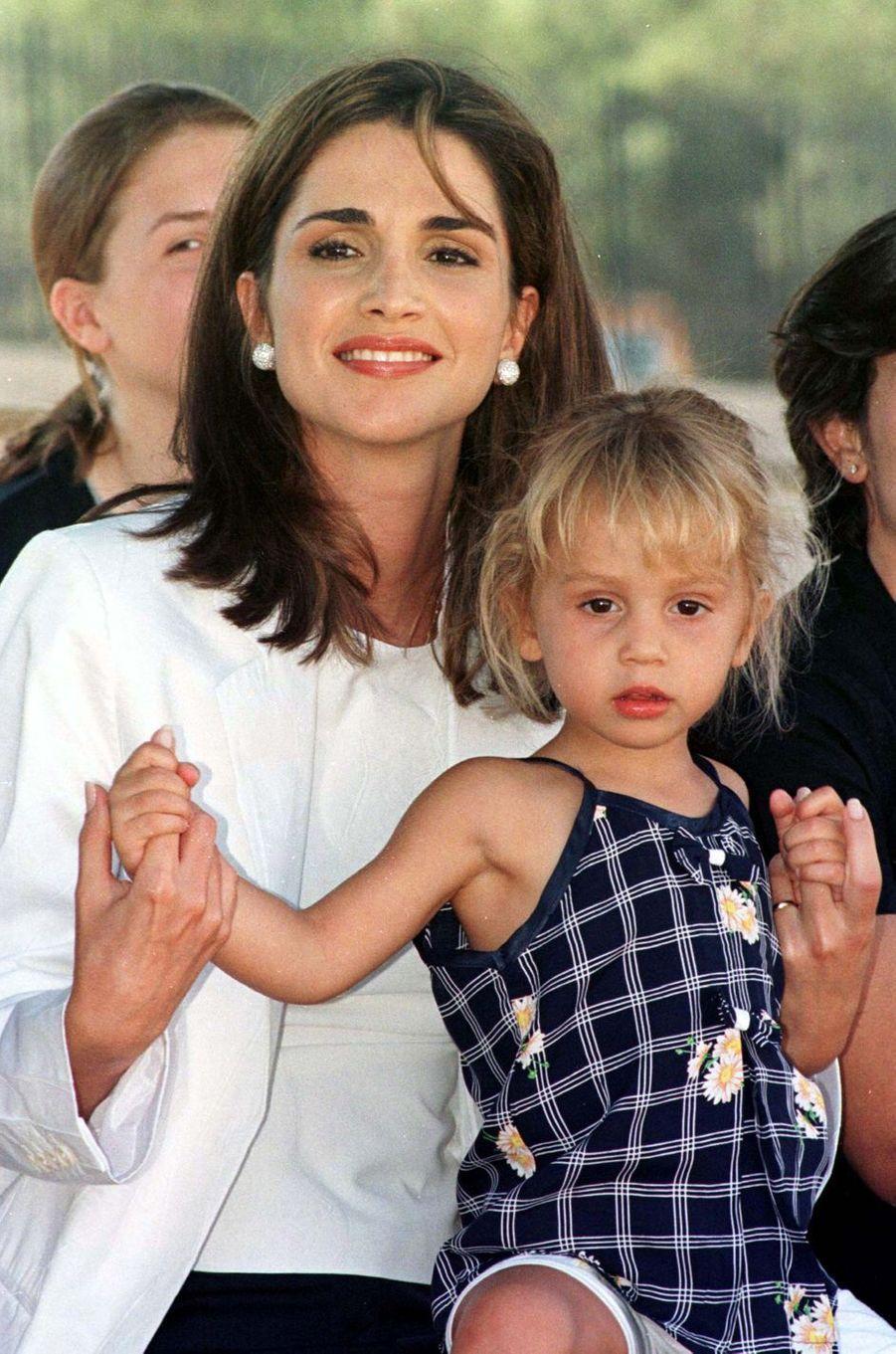La princesse Iman de Jordanie avec sa mère la reine Rania, le 19 août 1999