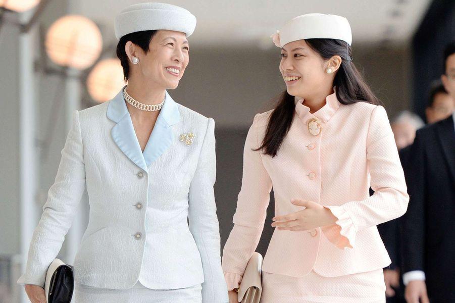 Les princesses impériales du Japon Noriko et Hisako, sa mère, à l'aéroport d'Izumo le 4 octobre 2014