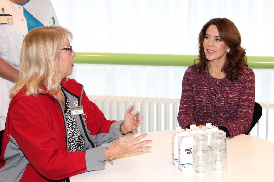 La princesse Mary de Danemark rencontre médecins, anciens patients et bénévoles à l'hôpital Herlev à Copenhague, le 25 novembre 2014