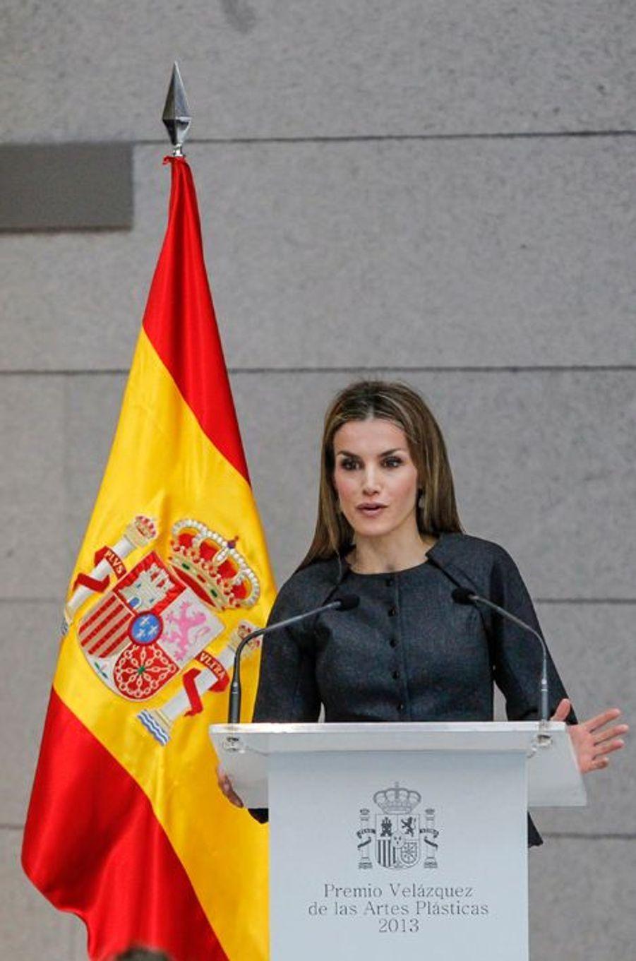 La reine Letizia d'Espagne remet le prix Velazquez des arts visuels à Jaume Plensa à Madrid, le 17 novembre 2014