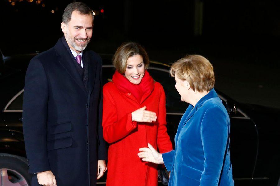 Le roi Felipe VI d'Espagne et la reine Letizia avec la chancelière d'Allemagne Angela Merkel à Berlin, le 1er décembre 2014