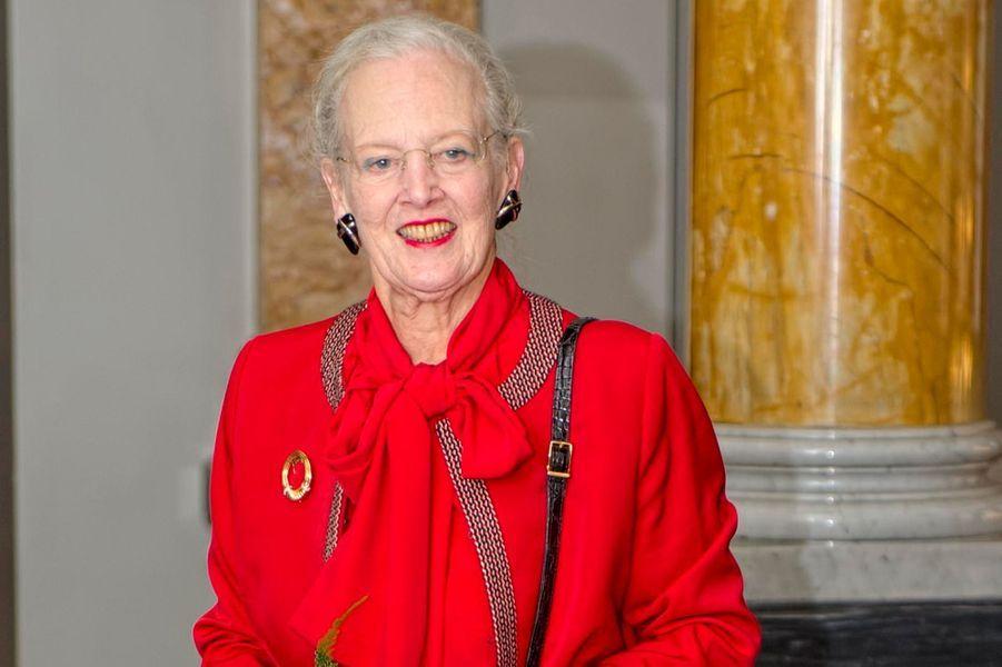 La reine Margrethe de Danemark remet le Prix de la Fondation de recherche Ragna Rask-Nielsen au professeur Olaf Olsen à Copenhague le 4 novembre 2014