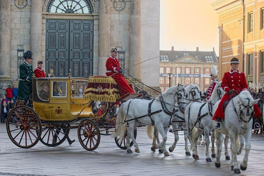 La reine Margrethe II de Danemark dans son carrosse en or, avec le prince Henrik, à Copenhague le 7 janvier 2015