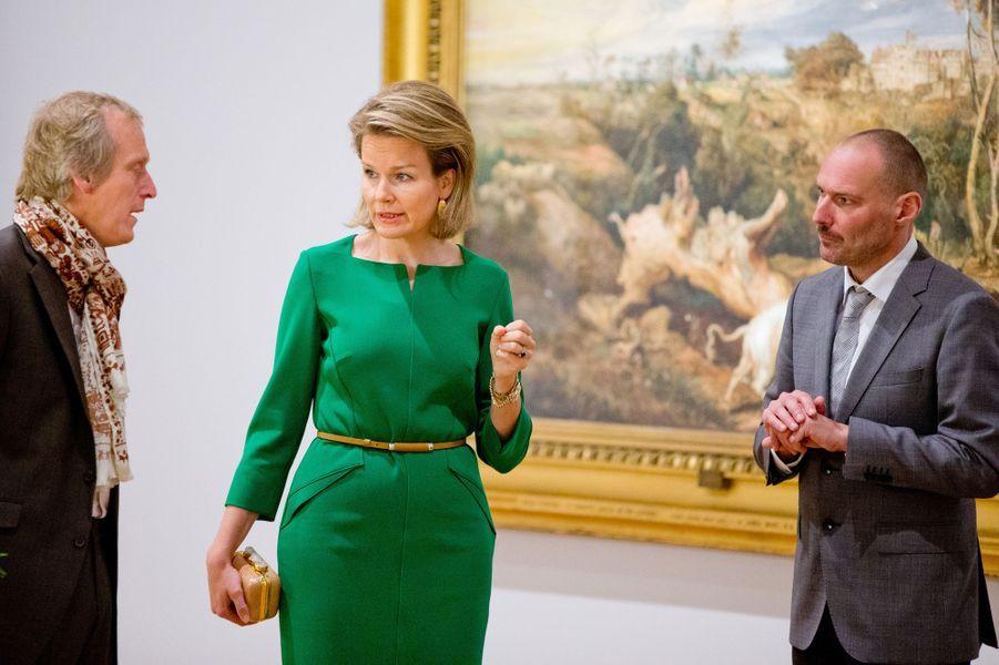 La reine Mathilde de Belgique visite l'exposition «Sensation et sensualité, Rubens et son héritage» à Bozart à Bruxelles, le 2 octobre 2014
