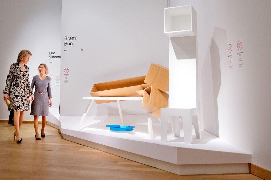 La reine Mathilde visite l'exposition «The Power of Object(s), Design Bestsellers in Belgium» au NG ART Center à Bruxelles, le 16 octobre 2014