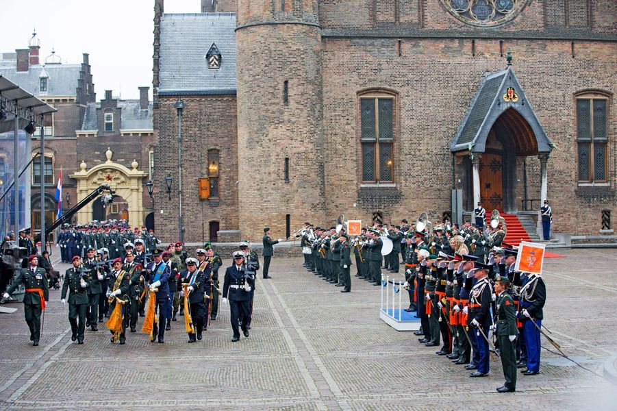 Le roi Willem-Alexander des Pays-Bas et la reine Maxima lors d'une cérémonie militaire à La Haye, le 4 décembre 2014