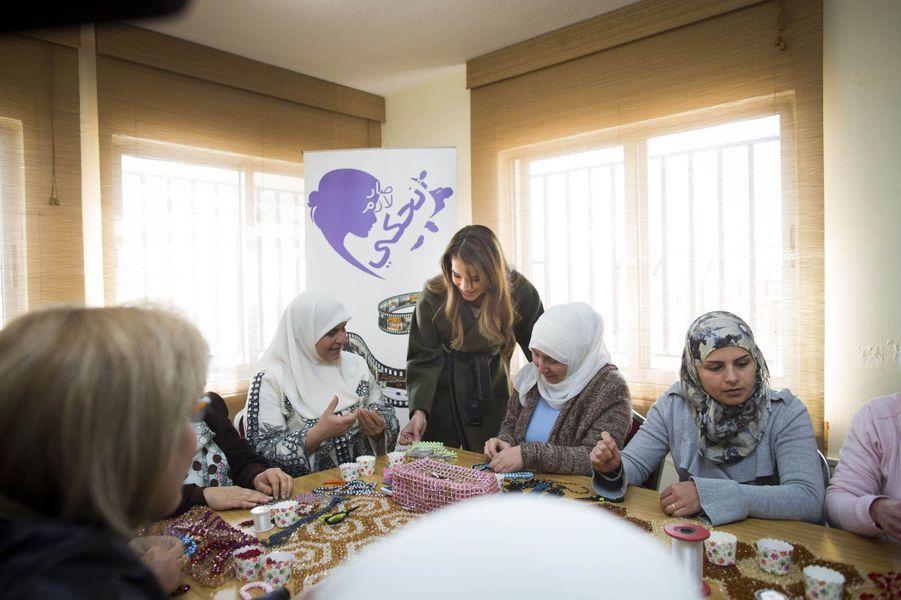 La reine Rania de Jordanie en visite à l'association de charité des femmes tchétchènes, mercredi 18 février.