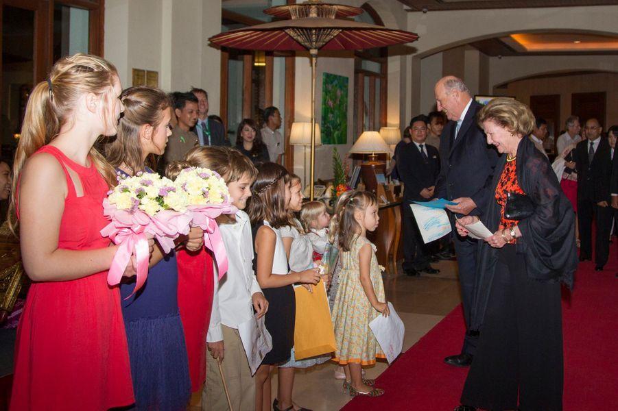 La reine Sonja et le roi Harald V de Norvège avec de petits Norvégiens à Yangon, le 30 novembre 2014
