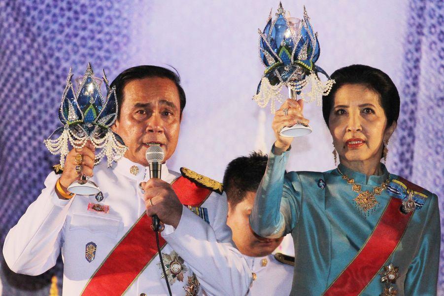 Le Premier ministre et sa femme fêtent l'anniversaire de la reine de Thaïlande à Bangkok, le 12 août 2016