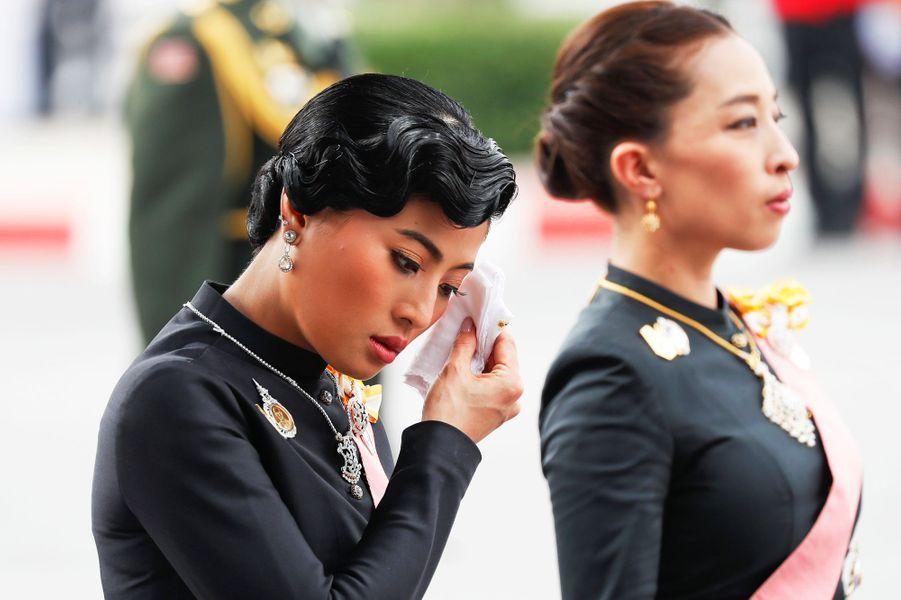 La tristesse de la princesse Sirivannavari Nariratana aux funérailles du roi Bhumibol de Thaïlande à Bangkok, le 26 octobre 2017