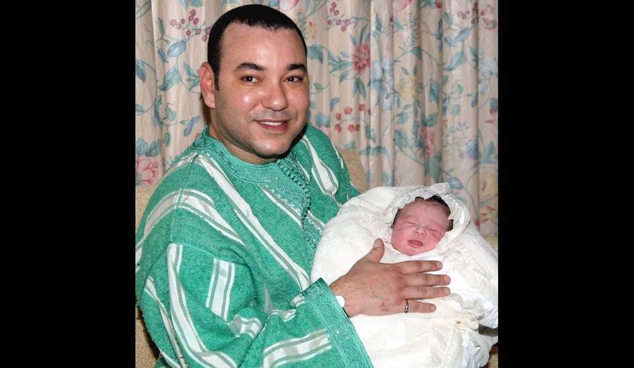 Lalla Khadija, à sa naissance, dans les bras de son père