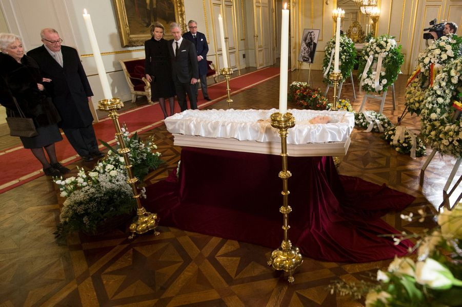 L'ancien roi Albert II de Belgique et l'ancienne reine Paola se recueillent devant la reine Fabiola à Bruxelles, le 9 décembre 2014