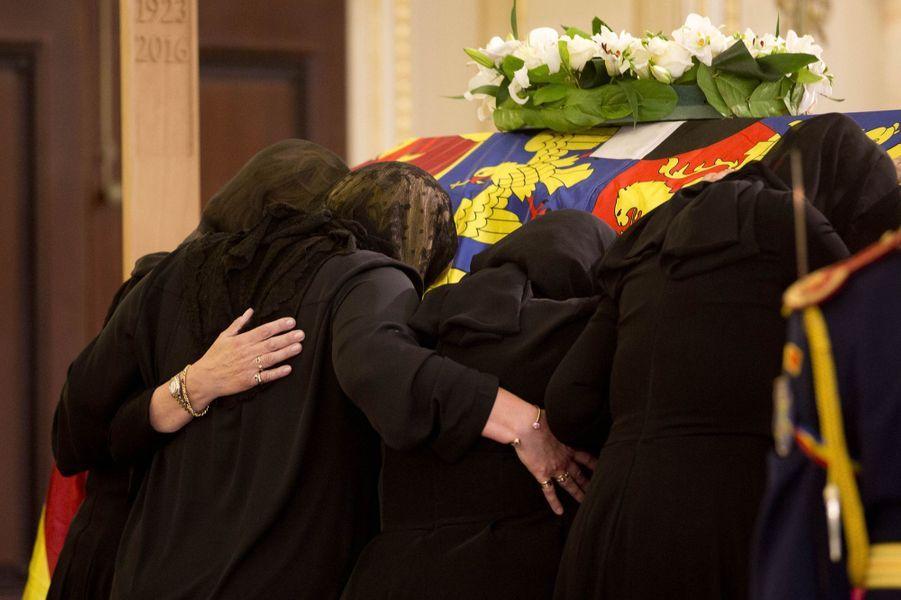 Les quatre filles de Anne de Roumanie se recueillent sur son cercueil au palais royal de Bucarest, le 12 août 2016
