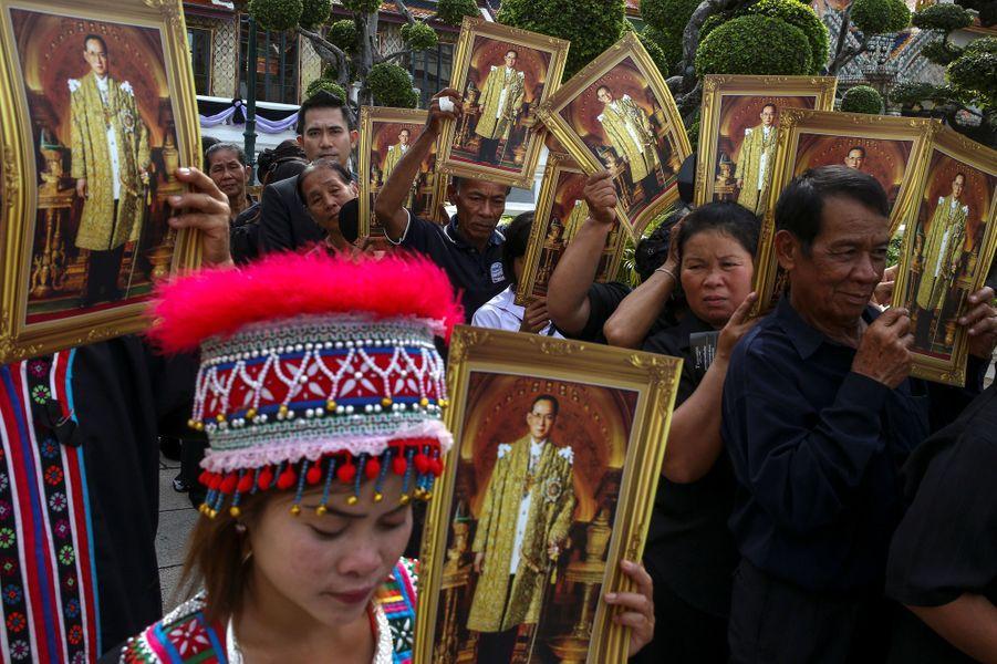 Les Thaïlandais attendent pour rendre un dernier hommage au roi Bhumibol à Bangkok, le 29 octobre 2016