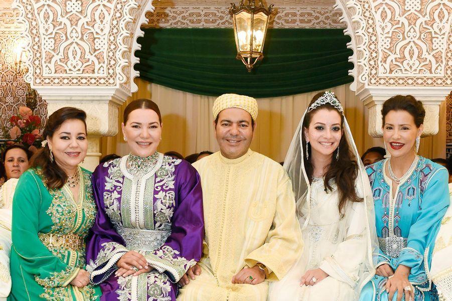 Le prince Moulay Rachid, entouré de (g à d) de ses sœurs Lalla Asma et Lalla Hasna, son épouse Lalla Oum Keltoum et sa sœur Lalla Meryem.