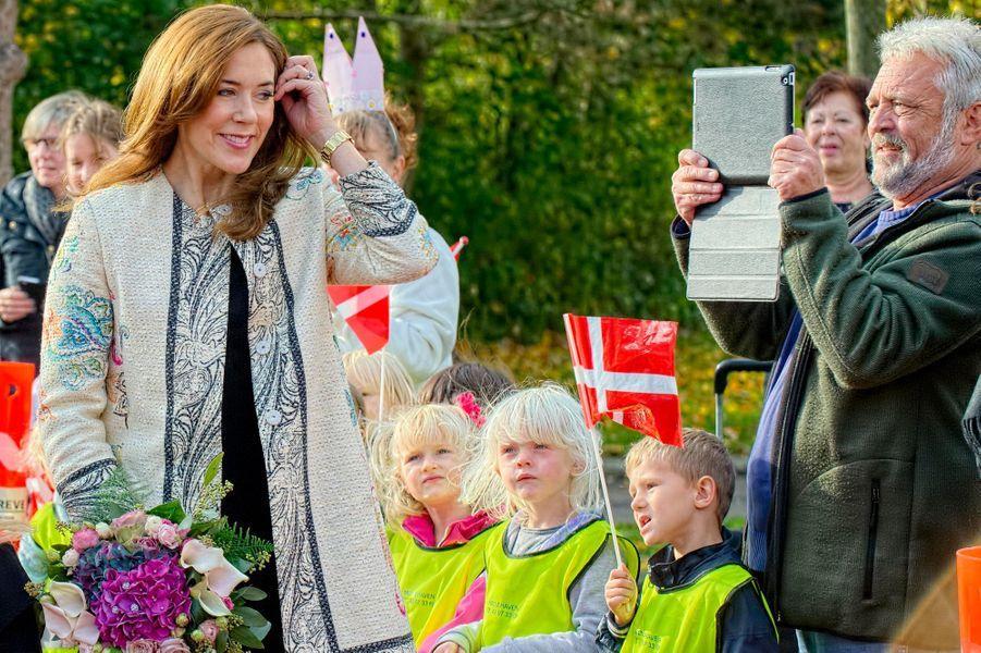 La princesse Mary de Danemark dans une école à l'Arena School à Verve, le 9 octobre 2014