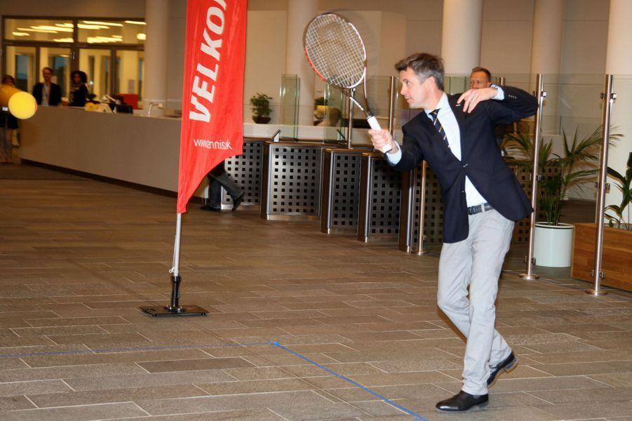 Le prince Frederik de Danemark remet le Prix de l'engagement de la Coupe Davis à Frederik Nielsen à Copenhague, le 17 novembre 2014