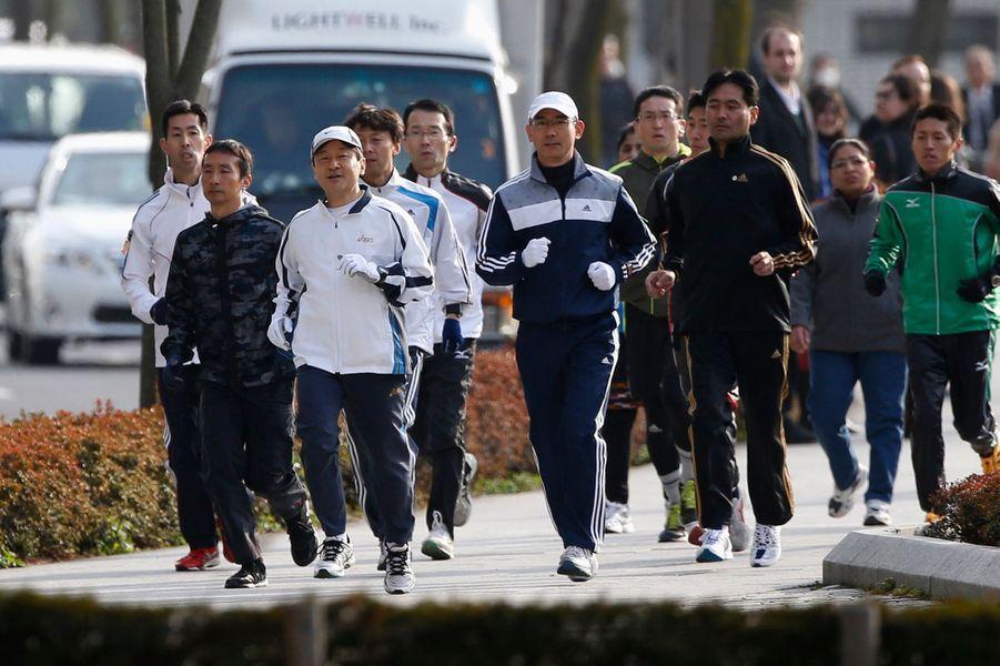 Le prince Naruhito du Japon fait son jogging dans Tokyo, le 25 février 2015