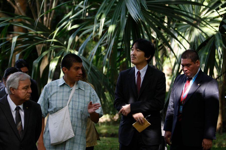 Le prince impérial du Japon Akishino dans le jardin botanique à Guatemala le 3 octobre 2014